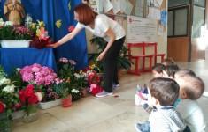 Ofrenda floral a la Virgen con los más peques del Centro
